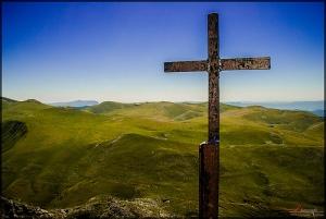 """""""Il (Jésus) a dépouillé les dominations et les autorités, et les a livrées publiquement en spectacle, en triomphant d'elles par la croix."""" La Bible, Colossiens 2:15"""