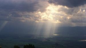 """""""Cette lumière était la véritable lumière, qui, en venant dans le monde, éclaire tout homme."""" La Bible, Jean 1:9"""