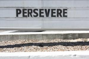 """""""Car nous savons que la détresse produit la persévérance, la persévérance conduit à la victoire dans l'épreuve, et la victoire dans l'épreuve nourrit l'espérance."""" La Bible, Romains 5:3-4"""